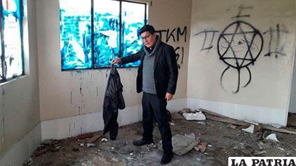 El concejal Tarqui en la inspección del módulo abandonado /ERBOL