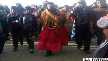 El alcalde de Achacachi vestido de pollera /Erbol