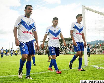 Molestos por el resultado en contra, los integrantes del equipo orureño abandonan el campo de juego en Yacuiba /APG