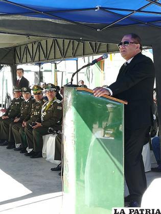 Ministro de Gobierno, Carlos Romero dirigiéndose a los efectivos policiales