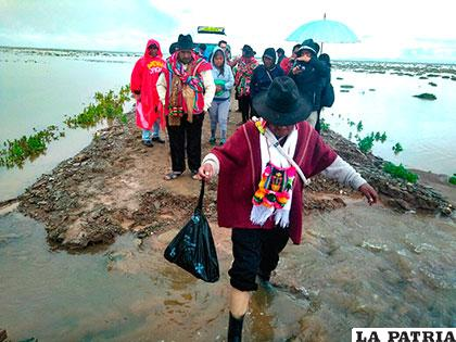 Caminos se ven afectados por el rebalse de agua