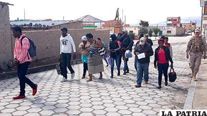 Los súbditos haitianos son escoltados por efectivos de la Dinafron
