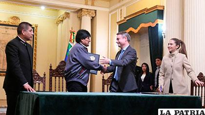 El Presidente Evo Morales y el embajador León de la Torre jefe de la Unión Europea