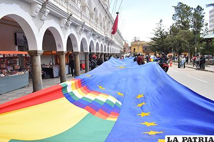 El próximo 10 de marzo se extenderá la bandera más grande en la doble vía Oruro-La Paz