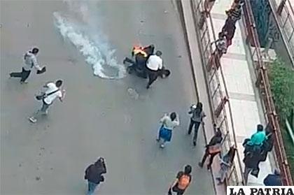 Una granada de gas impacta en el cuerpo de Franco Albarracín /CAPTURA DE PANTALLA