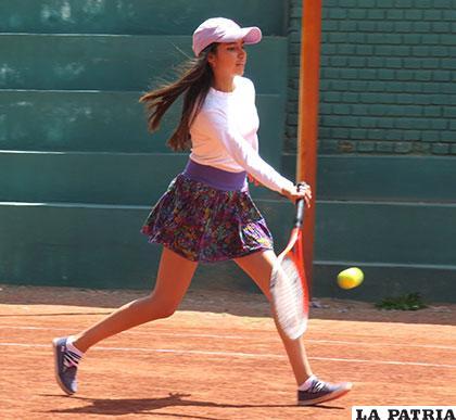 La jugadora disfruta del certamen municipal de tenis