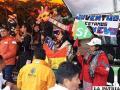 Jóvenes del MAS con varios carteles de apoyo a Evo