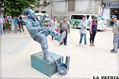 Estatua viviente comparte su arte con Oruro /LA PATRIA /Johan Romero