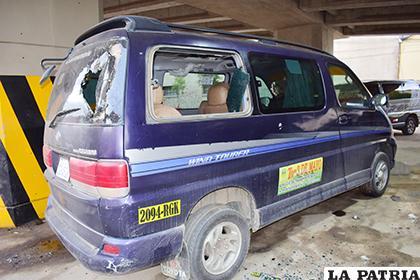 Un minivan quedó con los vidrios destrozados /LA PATRIA /REYNALDO BELLOTA
