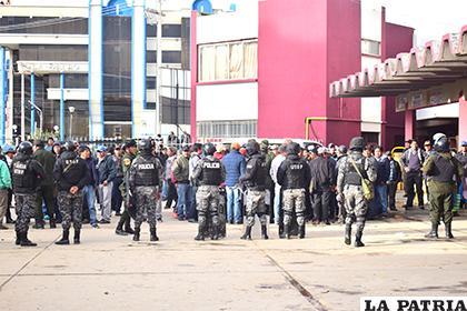 En la ex terminal la Policía tuvo que dividir a los sectores en conflicto /LA PATRIA /REYNALDO BELLOTA