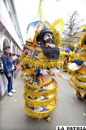 MORENADA (Moreno) Pro-carnaval: 4.500 Bs.  Máscara: 600 Bs. Pollerín y charreteras: 600 Bs. (flete) Buzo y blusa: 150 Bs. Botas: 400 Bs. Guantes: 150 Bs.  Matraca: 200 Bs. Otros accesorios: 200 Bs. Ropa de ensayo: 250 Bs. TOTAL: 7.050 Bs.