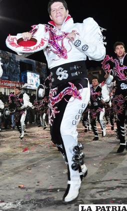 CAPORALES (Varón)  Pro-Carnaval: 3.000 Bs. Buzo y blusa: 1.000 Bs. Sombrero: 130 Bs. Chicote: 50 Bs. Botas: 550 Bs. Hebilla: 70 Bs. Otros accesorios: 200 Bs. Ropa de ensayo: 150 Bs. TOTAL: 5.150 Bs.