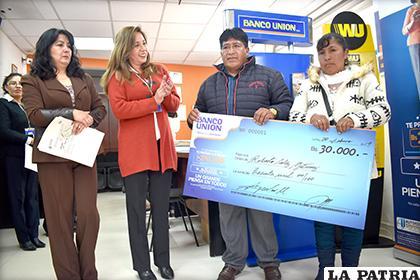 Banco Unión premió fidelidad de cliente con 30 mil bolivianos /LA PATRIA