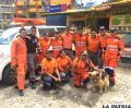 Los rescatistas y la can antes de ingresar a la zona del deslizamiento /LA PATRIA