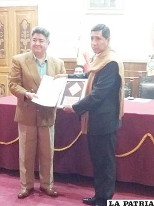 Yuri Ortuño recibió un reconocimiento por la Morenada Central Cocani /LA PATRIA