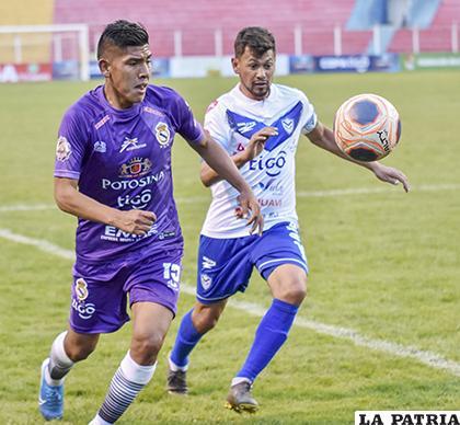 Rivaldo Melchor y Marcelo Gomes en procura de dominar  la pelota /APG