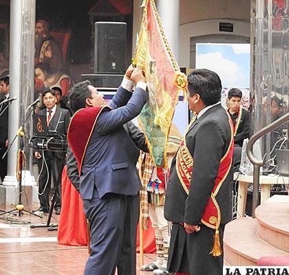 Imposición de la condecoración Escudo Centenario a la U.E. Mcal. Andrés de Santa Cruz de Machacamarca por los 100 años de fundación /FACEBOOK