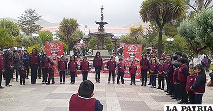 Iniciando su recital en la plaza 10 de Febrero /Ecos del alma