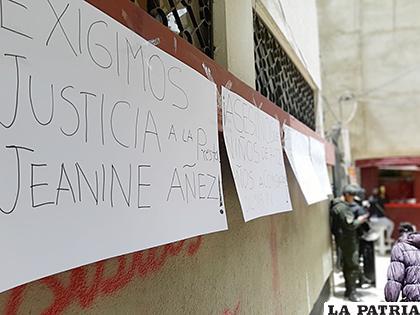 Familiares colocaron carteles en puertas de la carceleta del Tribunal Departamental de Justicia /LA PATRIA
