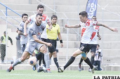 Federico Domínguez y Javier Sanguinetti intentan tener el balón  /APG