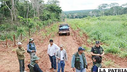 Funcionarios del INRA en el terreno que generó varios conflictos /ANF