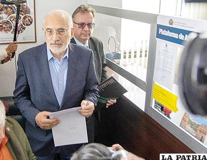 Candidato a la presidencia, Carlos Mesa, luego de presentar la documentación /APG