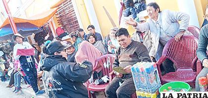 Varios espectadores recibían información y además consultaban a los miembros de la Policía /LA PATRIA