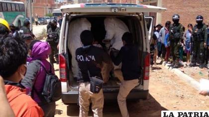 Efectivos policiales trasladan los cuerpos de la familia a la morgue del cementerio /RR.SS.