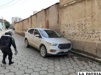 Según los vecinos, cuatro jóvenes en estado de ebriedad abandonaron el vehículo /LA PATRIA