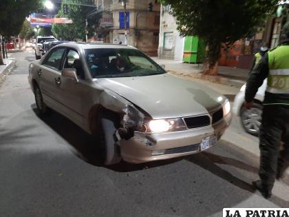 Tras el choque, el vehículo tuvo daños materiales en la parte delantera /LA PATRIA