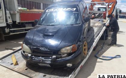 El vehículo del conductor protagonista, siendo trasladado al garaje de Tránsito /LA PATRIA