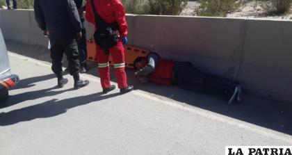 La persona que fue atropellada siendo auxiliada por personal de Bomberos /LA PATRIA
