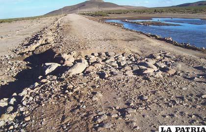 Pobladores de Coipasa reclaman por el terraplén del camino desgastado por el tráfico pesado