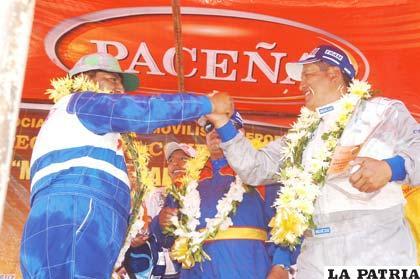 Marcos Maín y Reynaldo Mamani, se saludan tras subir el podio de los campeones en la categoría N-2. Ambos son orureños y clasificaron en tercer y segundo lugar respectivamente.