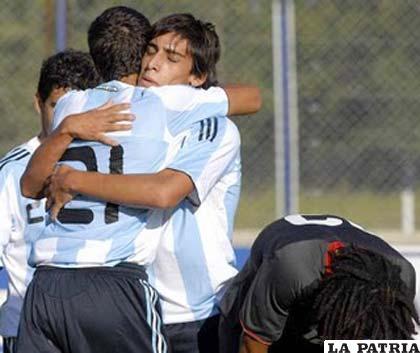 Los integrantes de la selección de fútbol Sub-17 festejan después del triunfo