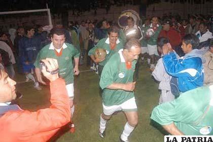 """La foto corresponde al cotejo jugado la noche del jueves en el estadio """"Jesús Bermúdez"""" entre San José y la selección de fútbol de 1994."""
