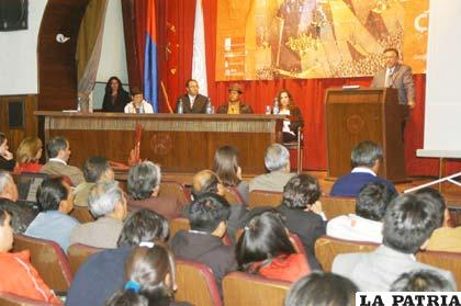 Autoridades de la Gobernación, la Universidad Técnica de Oruro y el PNUD en la presentación del Informe Nacional sobre Desarrollo Humano en Bolivia