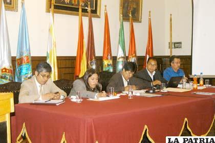 El presidente Evo Morales, promulga la Ley que incentiva la producción de quinua, junto a miembros de la Gobernación y de su gabinete ministerial, ayer en el Salón Ildefonso Murguía