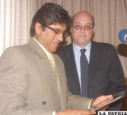 José Pérez (izquierda) recibió un reconocimiento de Marco Antonio Araujo (derecha), gerente de Radio Mediterráneo