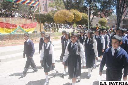 La escuela Eduardo Abaroa también desfiló homenajeando al prócer al