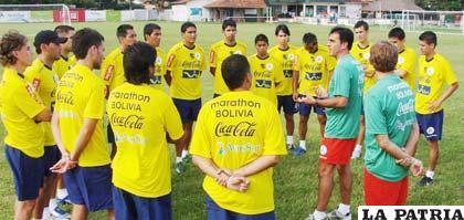 El entrenador del seleccionado boliviano de fútbol Gustavo Quinteros imparte instrucciones a sus dirigidos.