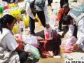 Bebidas alcohólicas siendo desechadas en desagüe por funcionarios del Senasag