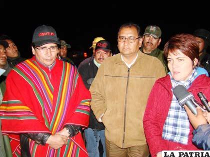 Ministra de Autonomías, Claudia Peña junto a autoridades departamentales de Oruro y Potosí (Foto Archivo)