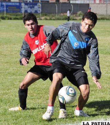 Carlos Saucedo domina el balón ante la marca de Gary Arauz