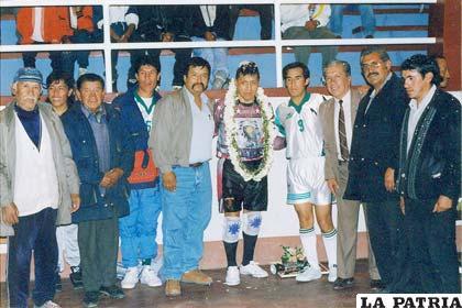 Dirigentes del club Spartak y sus figuras Edgar Aquino y Orlando Aldana