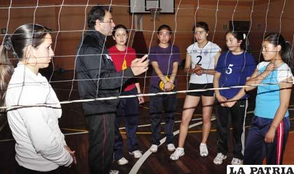 Carlo Valdivia instruye a las jugadoras de Alemán