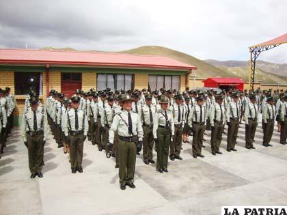 nuevos policias fueron graduados en huanuni la primera promocion de