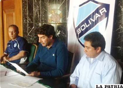 Directivos de Bolívar hacen la entrega de su aporte a la familia de Kevin