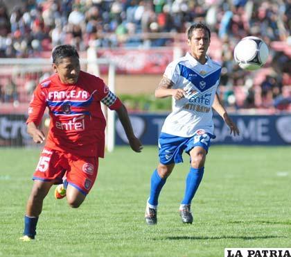 Gallegos y Sejas intentan dominar el balón