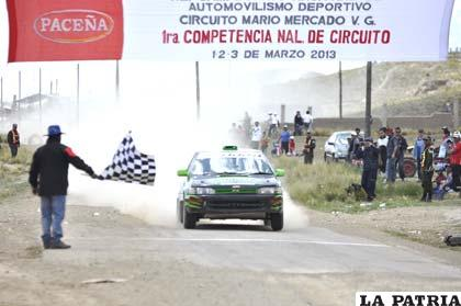 Jairo Chura cruza la meta como ganador de la competencia